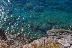 海的好的看法 镇静干净的海 大石头 在视图之上 亚得里亚 黑山 免版税库存照片