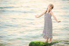 海的小女孩梦想 库存照片