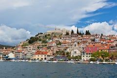 从海的希贝尼克,克罗地亚视图 库存图片