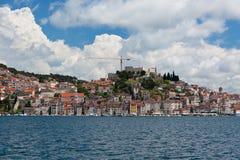 从海的希贝尼克,克罗地亚视图 免版税库存照片