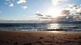 海的慢动作在风暴挥动在日落 金黄沙子在阳光下 股票视频