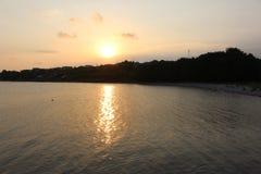 从黑海的日落-在索佐波尔和切尔诺莫雷茨之间,在Chervenka海角附近 图库摄影