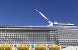 海的最新的皇家加勒比游轮Quantum靠了码头在海角自由巡航口岸 免版税库存图片