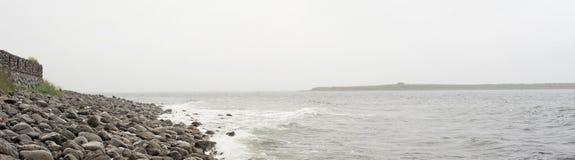 海的横幅在一多云有雾的天 免版税库存图片