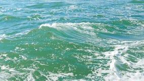 海的波浪从小船的 股票录像