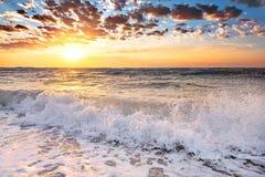 海的波浪有海泡沫的 库存图片