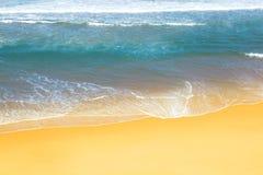 海的波浪沙子海滩的 免版税库存照片