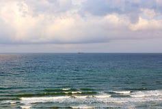 海的波浪击中了岸和起泡沫 库存图片