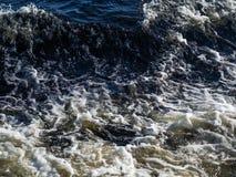 海的浪花和泡沫挥动 免版税库存图片