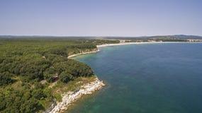 黑海的海岸线的美丽的景色从上面 免版税库存照片