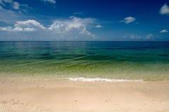 海的清楚的空的看法从海滩的 免版税库存图片