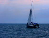 海的游艇在傲德萨公海走 免版税库存照片