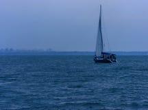 海的游艇在傲德萨公海走 免版税图库摄影