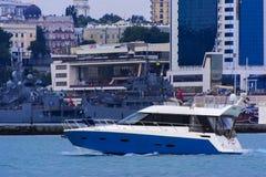 海的游艇在傲德萨海口走 库存照片