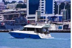 海的游艇在傲德萨海口走 免版税库存照片