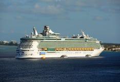 海的游轮独立在开曼群岛 免版税库存图片
