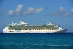 海的游轮独立在开曼群岛 库存图片