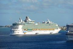 海的游轮独立在开曼群岛 免版税图库摄影