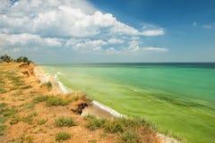 海的狂放的陡峭的海岸 免版税库存照片