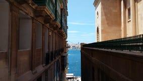海的看法从瓦莱塔街道的  免版税库存照片
