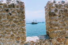 海的看法和一条风船通过堡垒墙壁阿拉尼亚的漏洞防御阿拉尼亚,土耳其 库存照片