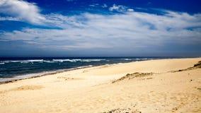 海的看法在一多云天 免版税图库摄影