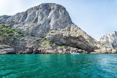 从海的看法夏里亚宾,克里米亚, Sudak洞穴的  免版税库存照片
