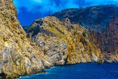 从海的看法岩石的在阿拉尼亚 库存图片