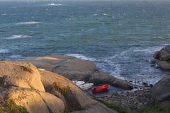 海的看法有小船的在挪威 免版税库存照片