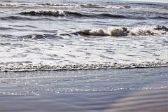 海的看法有波浪的在海滩 免版税库存照片