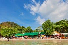 从海的看法白色沙子海滩的 免版税图库摄影
