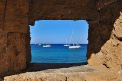 海的看法通过窗口,罗得岛 图库摄影