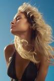 海的美丽的金发碧眼的女人 库存图片