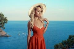 海的美丽的金发碧眼的女人 免版税库存照片