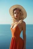 海的美丽的金发碧眼的女人 免版税图库摄影