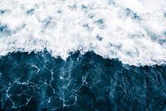 海的蓝色海浪有白色波浪、飞溅、泡沫和Bu的 免版税库存照片