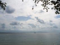 海的表面上的汽船在海岛附近的 免版税库存图片