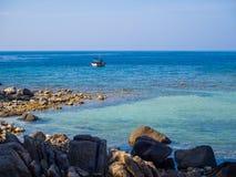 海的表面上的汽船在海岛附近的 免版税图库摄影