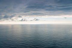 海的表面有轻微的波纹的, horiz的看法 免版税库存图片