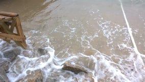 海的软的波浪一个海滩的与声音4K 股票录像