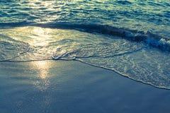 海的软的波浪落日的光芒的 自然 免版税库存图片