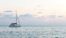 海的软的焦点滤色器有唯一游艇的在角落,偏僻的感觉 免版税库存图片