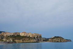 从海的都市风景tropea 免版税图库摄影