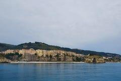 从海的都市风景tropea 库存图片