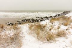 黑海的雪波浪在波摩莱,保加利亚, 12月31日 免版税库存照片