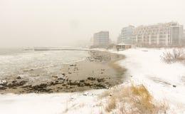 黑海的雪波浪在波摩莱,保加利亚, 12月31日 免版税库存图片
