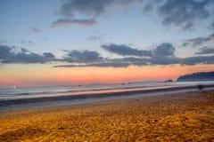 海的风景在晚上-晚上海视图,日落在酸值的Payam,泰国的,重要游人拉廊府海 库存照片