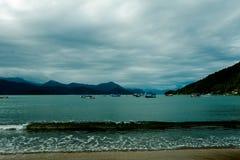 海的风景有小船的 免版税库存图片