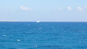 海的风景看法反对天空的 股票视频