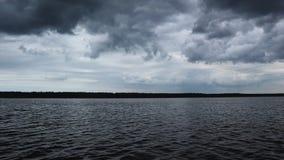 海的高定义英尺长度和与剧烈的云彩的天空 股票视频